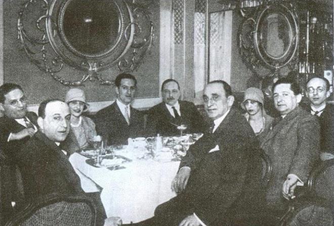 George Gershwin (štvrtý zľava) v Café Sacher v 1928 roku, vedľa neho Imre Kálmán (foto Yvonne Kálmán)