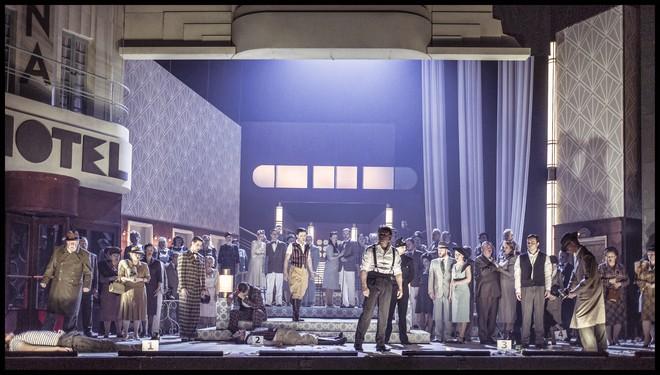 Charles Gounod: Romeo a Julie (Roméo et Juliette) – Libor Novák (Hrabě Paris), Aleš Briscein (Romeo), Sbor Státní opery – ND Praha 2016 (foto Patrik Borecký)