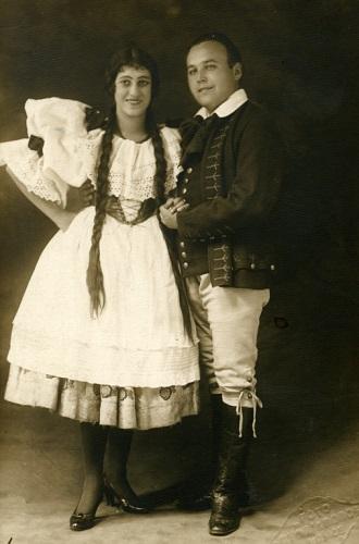 B. Smetna: Predaná nevesta - Helena Bartošová (Marienka) a Janko Blaho (Jeník) - SND 1925 (foto archív SND)