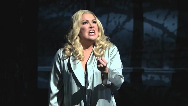 Anna Netrebko jako Lady Macbeth (foto YouTube)