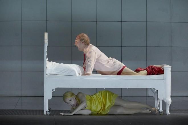 Dmitrij Šostakovič: Lady Macbeth von Mzensk - Sally du Randt, Young Kwon - Theater Augsburg 2016 (zdroj theater-augsburg.de)
