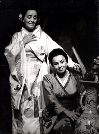G.Puccini: Madame Butterfly - Anna Martvoňová (Čo čo san), Nina Hazuchová (Suzuki) - SND Bratislava 1971 (foto Jozef Vavro)