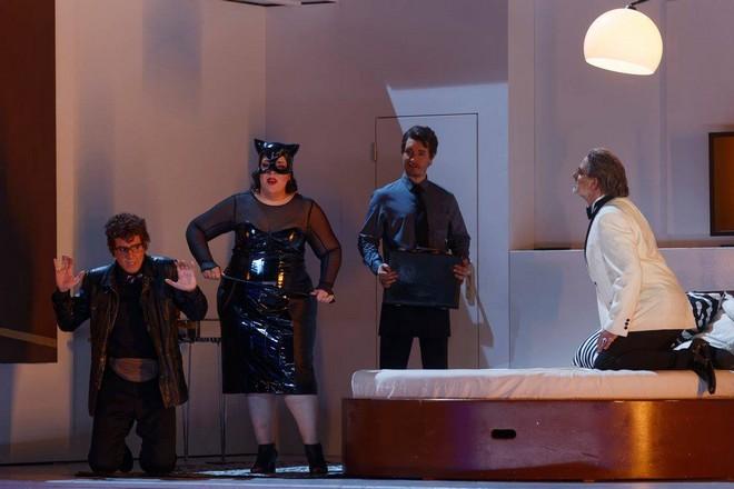 Giaochino Rossini: L'italiana in Algeri - Joan Martín-Royo (Taddeo), Marianna Pizzolato (Isabella), Maxim Mironov (Lindoro), Pietro Spagnoli (Mustafà) Théâtre du Capitole Toulouse 2016 - (foto FB Théâtre du Capitole)