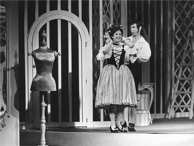 W.Mozart: Figarova svatba - Marta Boháčová (Zuzana), Karel Hanuš (Figaro) - ND Praha 1971 (foto Jaromír Svoboda)
