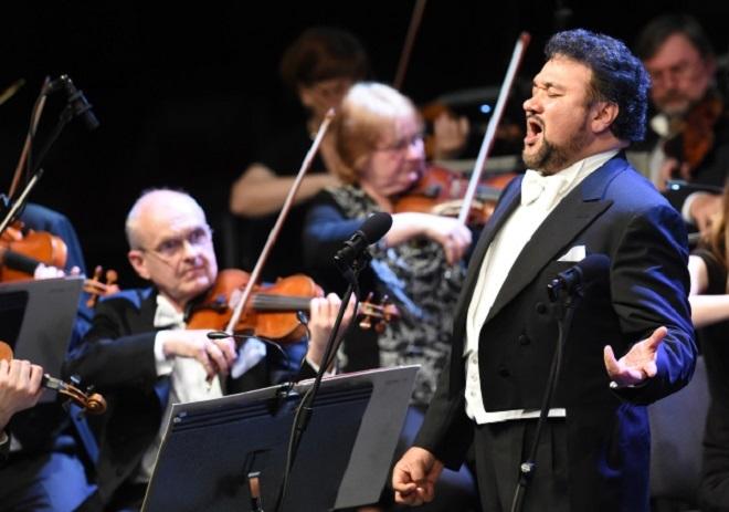 Ramón Vargas - Moravská filharmonie Olomouc - Leoš Svárovský - 2.5.2016 (foto ČTK/Luděk Březina)
