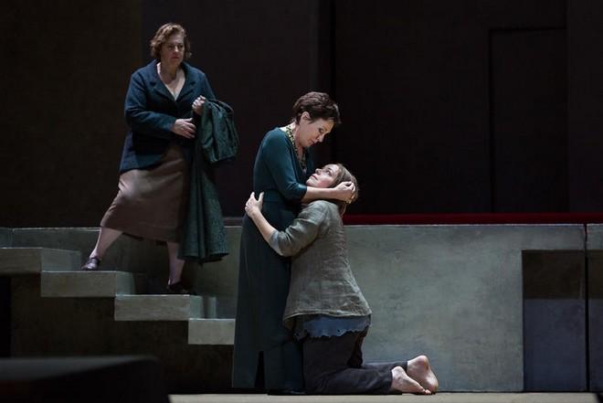 Richard Strauss: Elektra – Susan Neves (Confidante), Waltraud Meier (Klytämnestra) a Nina Stemme (Elektra) - Met 2016 (foto Marty Sohl)