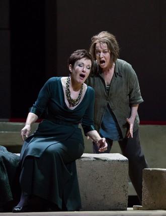 Richard Strauss: Elektra – Waltraud Meier (Klytämnestra) a Nina Stemme (Elektra) Met 2016 (foto Marty Sohl)
