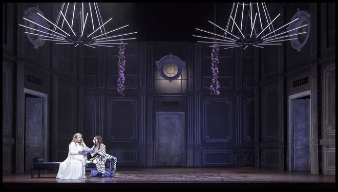 Umberto Giordano: Andrea Chénier - Anda-Louise Bogza (Maddalena z Coigny) a Kateřina Jalovcová (Bersi) - ND Praha 2016 (foto Patrik Borecký)