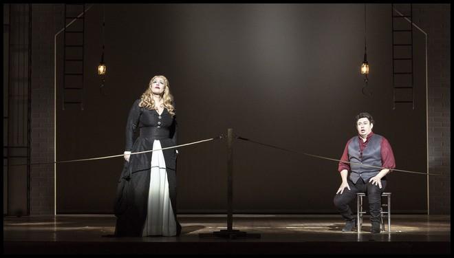 Umberto Giordano: Andrea Chénier - Anda-Louise Bogza (Maddalena z Coigny) a Rafael Alvarez (Andrea Chénier) - ND Praha 2016 (foto Patrik Borecký)