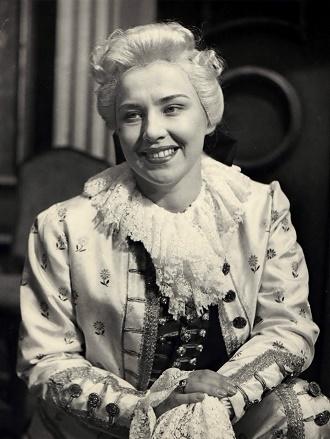 W.A.Mozart: Figarova svadba - Nina Hazuchová (Cherubín) - SND Bratislava 1955 (foto Gejza Podhorský)