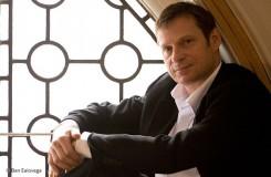Simon Keenlyside se vrací do Prahy, tentokrát zazpívá muzikály