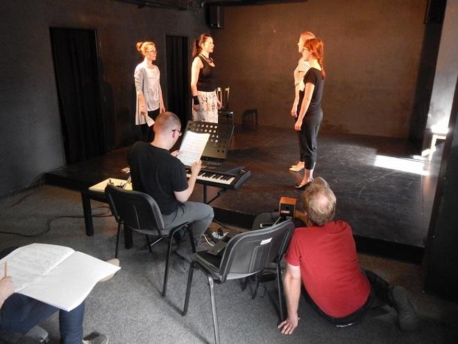 Zkouška opery Petra Cíglera Táhlý zvlněný pohyb podélného předmětu (foto archiv Ostravského centra nové hudby)