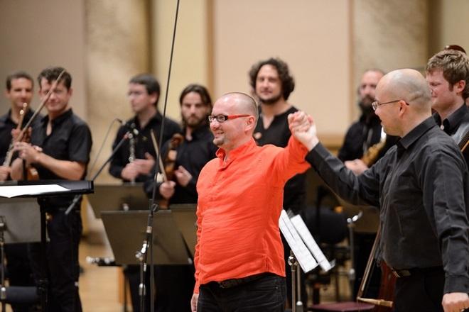 Petr Cígler, dirigent Ondřej Vrabec a Ostravská banda na Ostravských dnech 2015 (foto archiv Ostravského centra nové hudby)