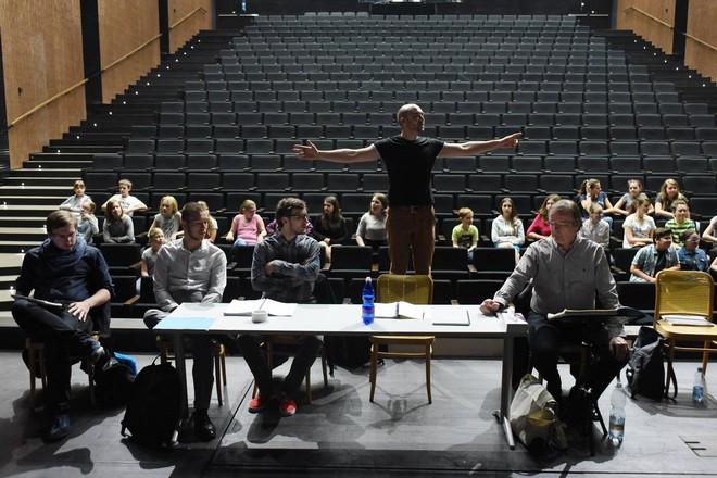 inscenační tým Jany z Arku na hranici - Tomáš Pilař (třetí zleva) (foto FB DJKT Plzeň)