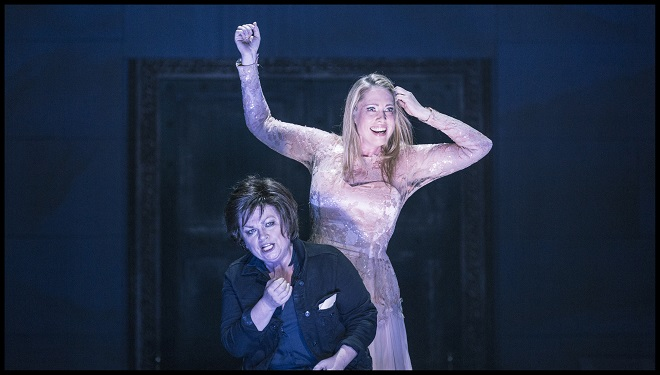 R.Strauss: Elektra - Susan Bullock (Elektra), Anna Gabler (Chrysothemis) - Státní opera Praha 2016 (foto Patrik Borecký)