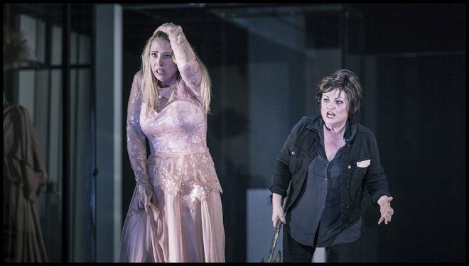 R.Strauss: Elektra - Anna Gabler (Chrysothemis), Susan Bullock (Elektra) - Státní opera Praha 2016 (foto Patrik Borecký)