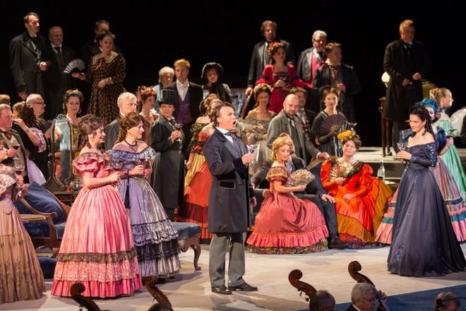 Giuseppe Verdi: La traviata – Aleš Briscein (Alfredo Germont) a Simona Houda-Šaturová (Violetta Valéry) - Smetanova Litomyšl 2016 (zdroj festival.smetanovalitomysl.cz)