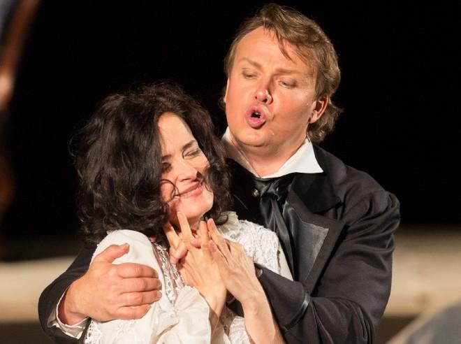Giuseppe Verdi: La traviata – Simona Houda-Šaturová (Violetta Valéry) a Aleš Briscein (Alfredo Germont) - Smetanova Litomyšl 2016 (zdroj festival.smetanovalitomysl.cz)