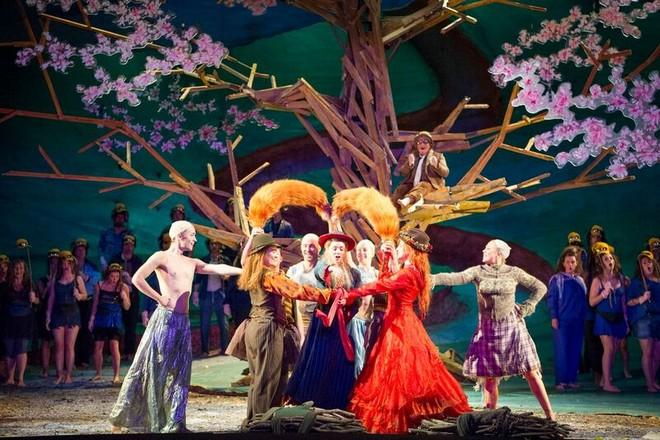 Leoš Janáček: Příběhy lišky Bystroušky – Festival Opera Glyndebourne 2016 (foto © Glyndebourne Productions Ltd./Richard Smith Hubert)