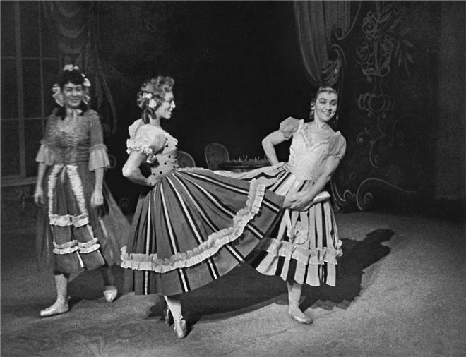 Popelka - Věra Ždichyncová (Macecha), Růžena Elingerová (Zlá sestra) a Naděžda Sobotková (Zlá sestra) - ND Praha 15.3.1952 (foto archiv ND Praha/Jaromír Svoboda)