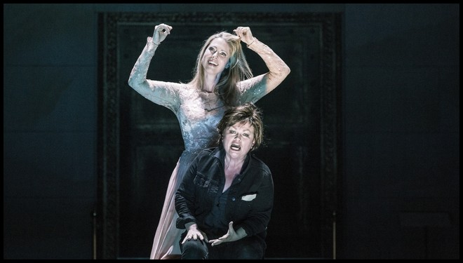 Richard Strauss: Elektra - Anna Gabler (Chrysothemis) a Susan Bullock (Elektra) - Státní opera Praha 2016 (foto Patrik Borecký)