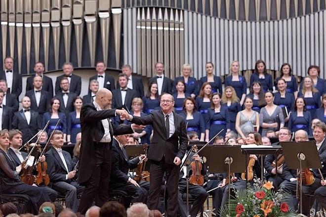 Emmanuel Villaume a Jozef Chabroň s orchestrom Slovenskej filharmónie a Slovenským filharmonickým zborom (foto Ján Lukáš)
