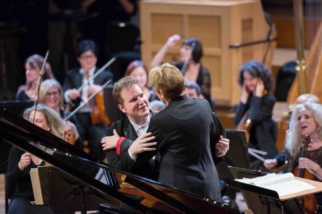 Lukáš Vondráček s dirigentkou Marin Alsop po finálovém vystoupení (foto FB soutěže Královny Alžběty/Hugo de Pril)
