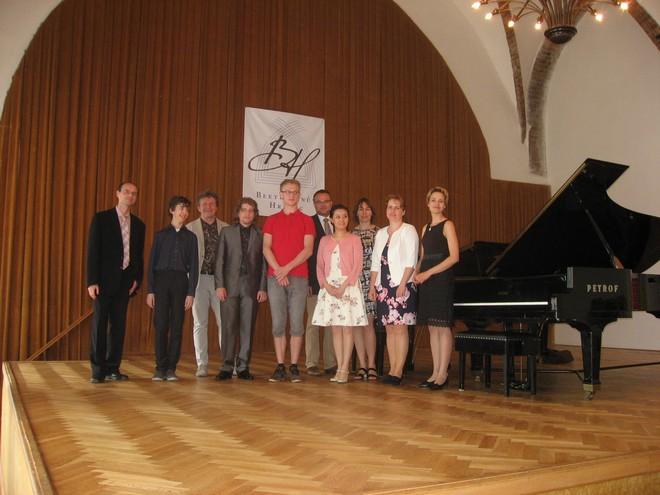 Beethovenův Hradec 2016 - členové poroty a finalisté soutěže (foto Beethovenův Hradec)