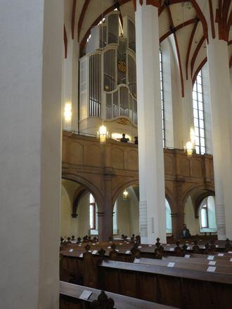 Bachovské varhany firmy Woehl v kostele sv. Tomáše v Lipsku. Pavel Svoboda v bílé košili mezi dvěma registrantkami v černém (foto Jaroslav Tůma)