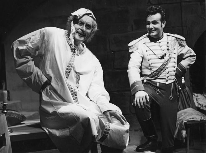 Daniel Auber: Fra Diavolo - Juraj Martvoň (Lord Kookburn), Andrej Kucharský (Lorenzo) - SND Bratislava 1957 (foto Gejza Podhorský/archiv SND)