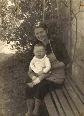 Pětiměsíční Vlastimil Harapes s maminkou v rodných Droužkovicích (foto archiv umělce)