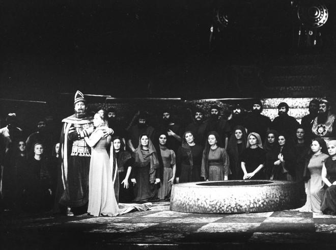 Giuseppe Verdi: Nabucco - Juraj Martvoň (Nabucco), Nina Hazuchová (Fenena) - SND Bratislava 1966 (foto Jozef Vavro/archiv SND)
