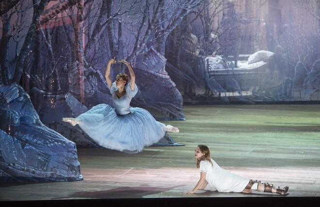 Jules Massenet: Cendrillon (Aschenputtel) - Nadja Mchataf (Cendrillon), Veselina Handzhieva (Tänzerin) - Komische Oper Berlin 2016 (foto Monika Rittershaus)