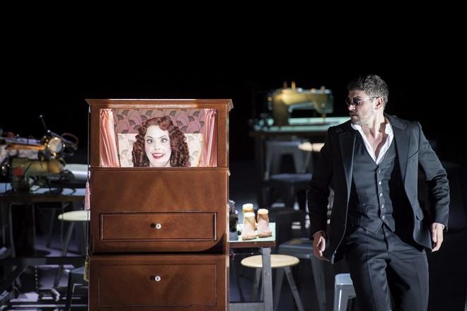 Jacques Offenbach: Les Contes d'Hoffmann - Nicole Chevalier (Vier Frauen: Olympia), Dominik Köninger (Hoffmann 2) - Komische Oper Berlin 2015 (foto Monika Rittershaus)