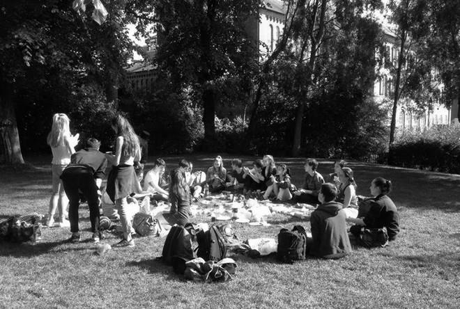 Piknik so spolužiakmi v londýnskom parku (foto archív Jana Špundu)
