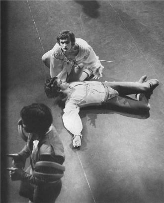 S.Prokofjev: Romeo a Julie - Pavel Ždichynec (Tybalt), Vlastimil Harapes (Merkucio), Bohumil Reisner (Romeo) - ND Praha 1971 (foto archiv ND)