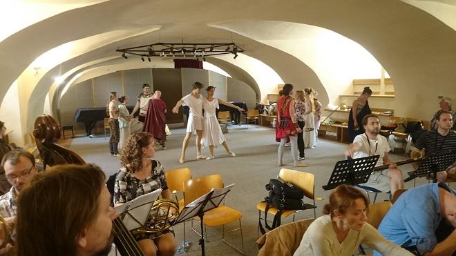 Zkouška s tanečníky, uprostřed Jiří Jelínek a Jaime Reid (foto archiv Hartig Ensemble)