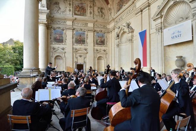 Symfonický orchestr hl.m.Prahy ve Valdštejnské zahradě (foto archiv FOK)