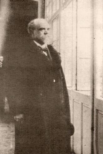 Antonín Dvořák na chodbě domu svého bydliště v Žitné ulici, v pozadí Josef Suk (zdroj antonin-dvorak.cz)