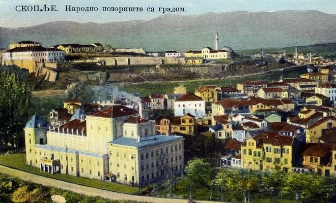 Skopje v 20. rokoch 20. storočia, v predu budova Národného divadla, v pozadí hrad (zdroj cs.wikipedia.org)