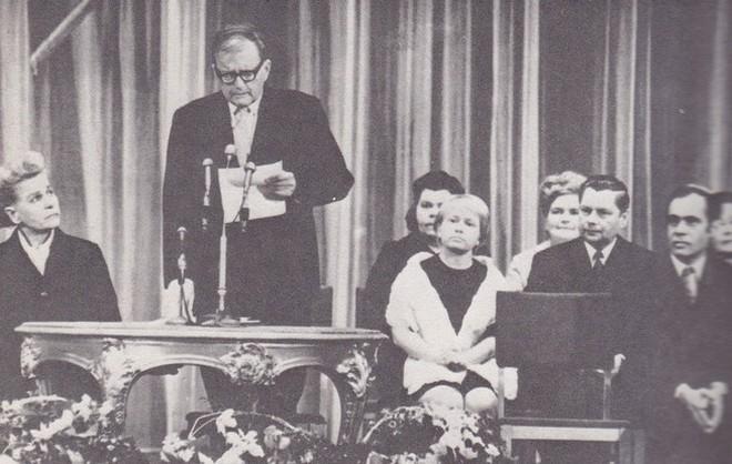 Dmitrij Šostakovič čte projev – vpravo Jekaterina Furceva, členka politbyra Ústředního výboru Komunistické strany Sovětského svazu (foto archiv autorky)