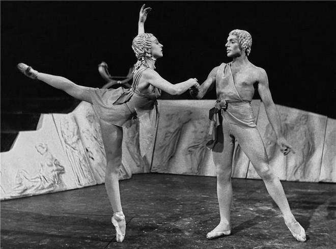 Ludwig van Beethoven: Prometheus - Naděžda Blažíčková (Dívka), Otto Šanda (Jinoch) - ND Praha 1957 (foto archiv ND Praha)
