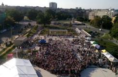 V Brně i letos zahájili sezonu venku před Janáčkovým divadlem, piazzettou prošly tisíce lidí