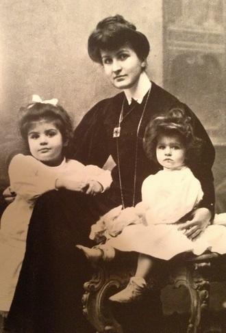 Alma Mahler a dcery Maria a Anna - 1906 (zdroj en.wikipedia.org)