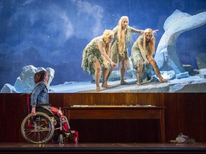 Antonín Dvořák: Rusalka - Anna-Maria Kalesidis (Rusalka), Diana Selma Krauss (Žienka), Christianne Belanger (Žienka), Susanne Langbein (Žienka) - Tiroler Landestheater Innsbruck 2016 (foto © Tiroler Landestheater Innsbruck)