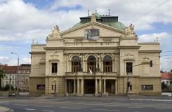 Paničky v Plzni: Vítězství hudby nad prázdnou režií