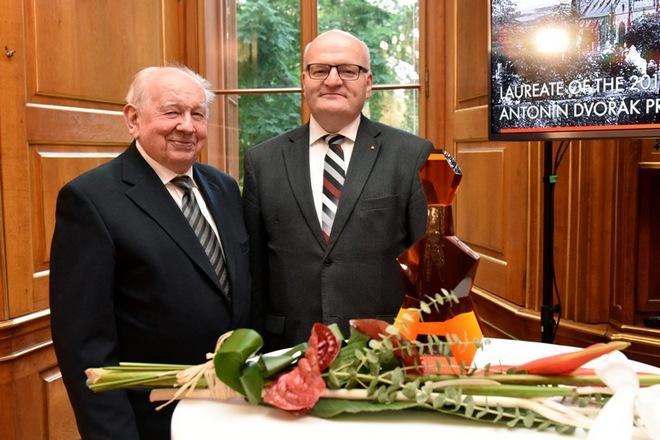 Basista Richard Novák a ministr Daniel Herman při předání Ceny Antonína Dvořáka (foto Dvořákova Praha)