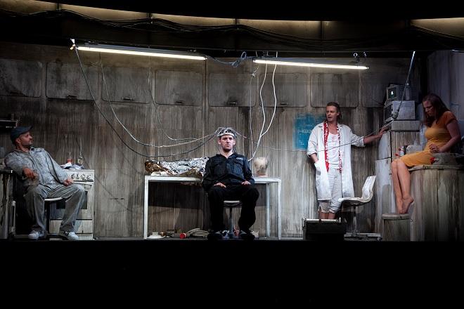 M. Obst: Solaris - Michael Wagner (Snaut), Justus Seeger (Kris Kelvin), Christian Manuel Oliveira (Sartorius), Julia Grüter (Harey) - Landestheater Linz 2016 (foto © Yasmina Haddad)