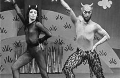 Stvoření světa - Marta Drottnerová (Čertice), Pavel Ždichynec (Čert) - Národní divadlo Praha 27. 3. 1975 (foto archiv ND Praha/Jaromír Svoboda)