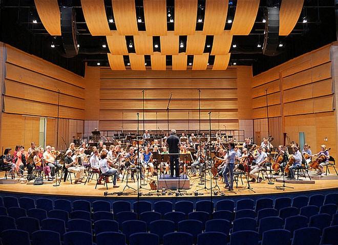 Symphony Orchestra of Norrköpping a Henrik Schaefer při nahrávání opery Gillet på Solhaug (foto Maria Hovberg/Norrköpings symfoniorkester)
